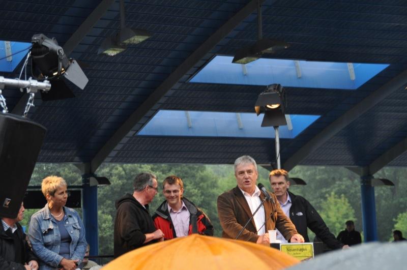 Rednerpult gefüllt mit örtlichen Politikern