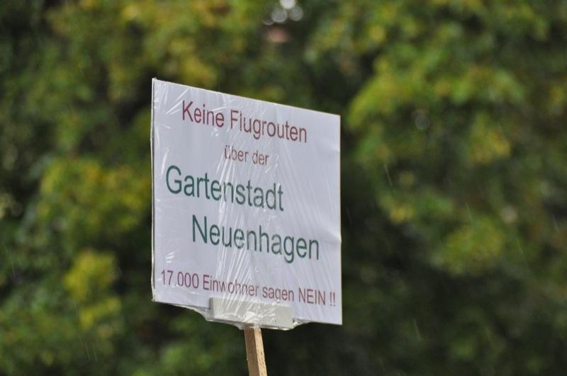 Protestschild: keine Flugrouten über Neuenhagen