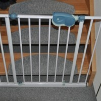 Befestigung vom Treppenschutzgitter an neuer Treppe & Wand
