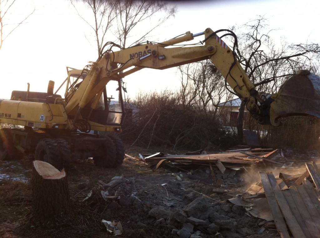 Hausabriss - Altes Haus wird mit dem Bagger abgerissen