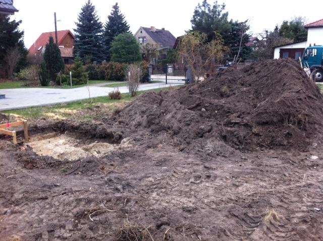 Aushub durch das Abziehen des Mutterbodens und Rasens
