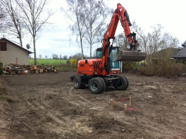 Bauvorbereitung: Bagger im Garten