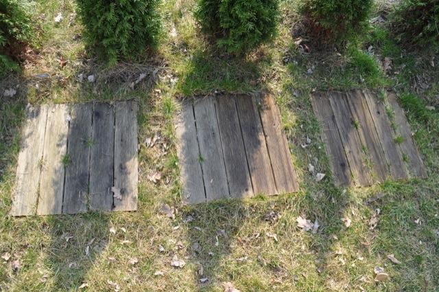 Holz-Gehwegplatten streichen? Klar, den Unterschied sieht man doch (links / rechts)
