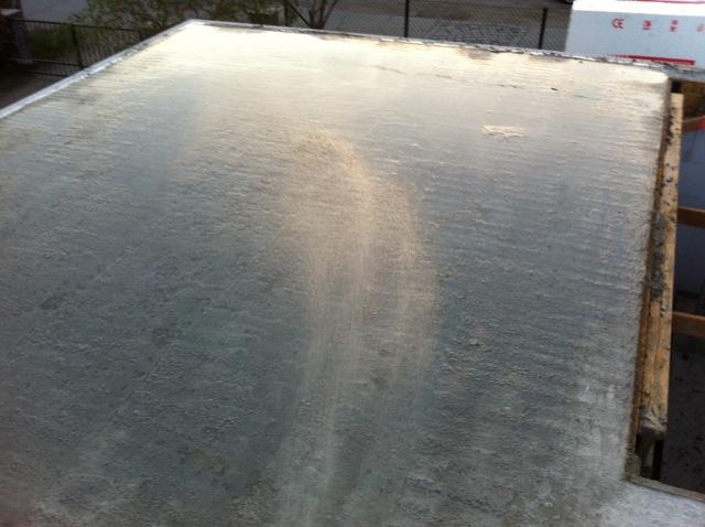 Nasses Wasser auf der Beton-Decke