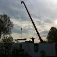 Riesiger Kran auf dem Baugrundstück – Fertigdecke wird geliefert