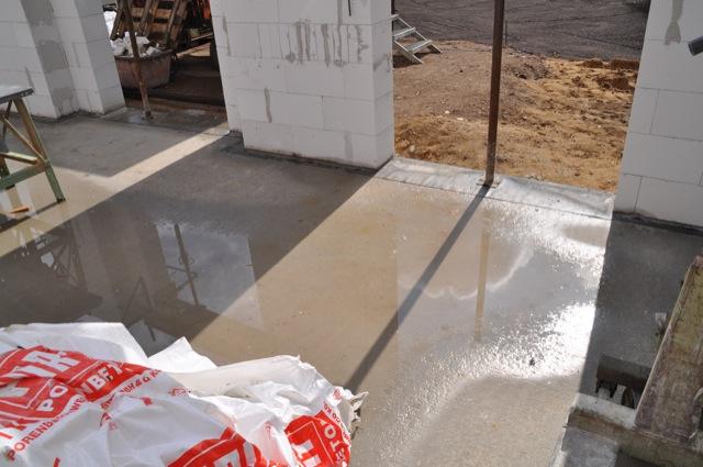 Wasser im Haus: Pfützen im Erdgeschoss
