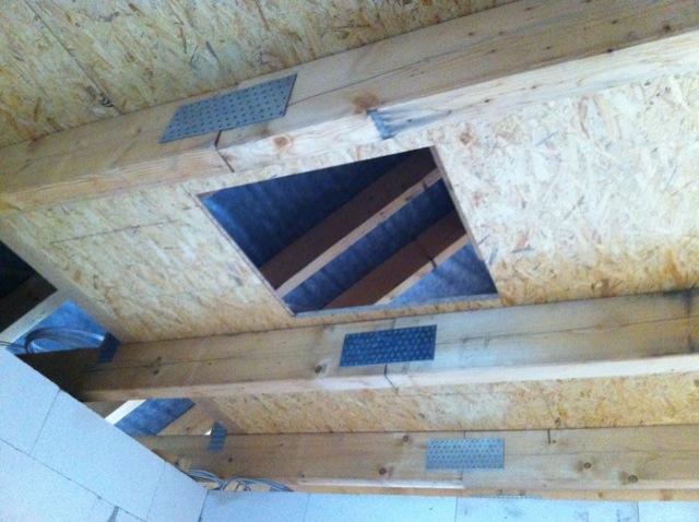 Bodentreppe samt OSB-Platten auf dem Dachboden
