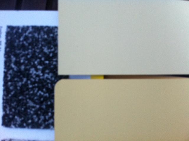 Buntsteinputz in dunkel für die gelbe Fassade