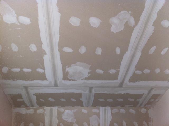 Spachteln der Rigipsplatten im Schlafzimmer