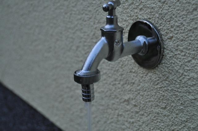 Aussenwasserhahn mit Wasser