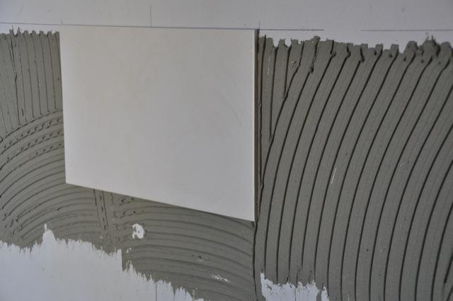 Erste Fliese ist an der Wand