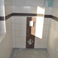 Helle, dunkle und Mosaik-Fliesen für die Gäste-Toilette