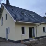 Haus mit dunklen Buntsteinputz