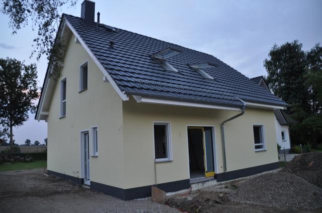 Aussenfassade Fertig Helle Wandfarbe Dunkler Buntsteinputz