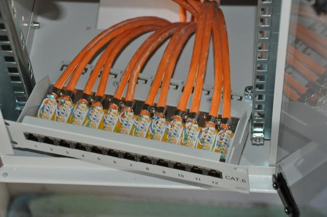 Anschluss der Netzwerkkabel ans Patchpanel