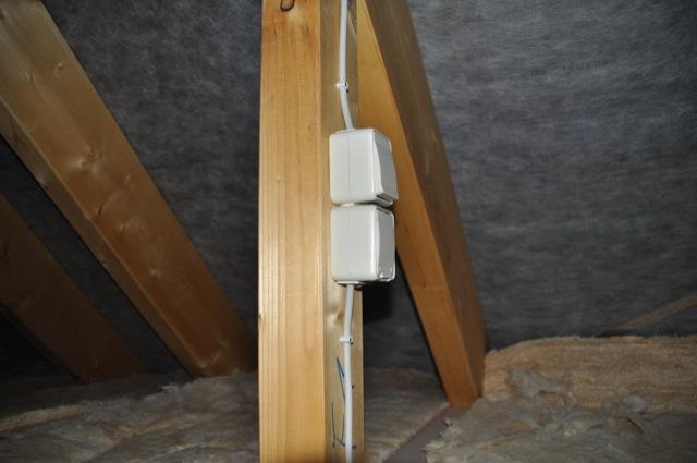 Steckdosen und Lichtschalter auf dem Dachboden