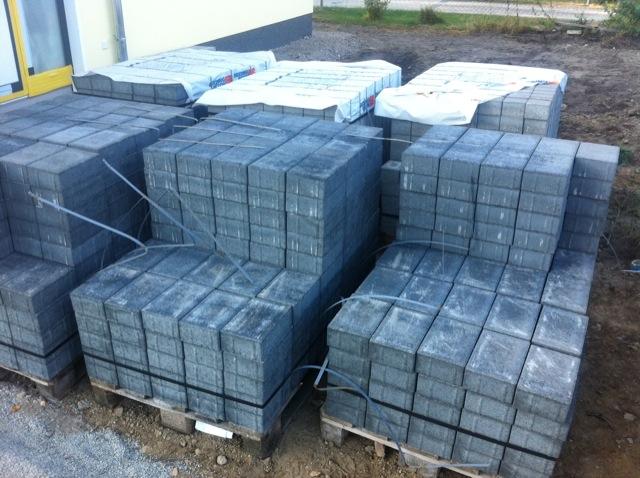 Lieferung der Pflastersteine für Einfahrt und Wege