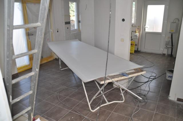 Malertisch ist eingezogen und hält das Malervlies bereit