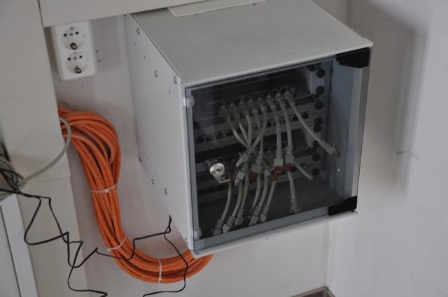 Fertiges Netzwerk und Netzwerkschrank im HWR