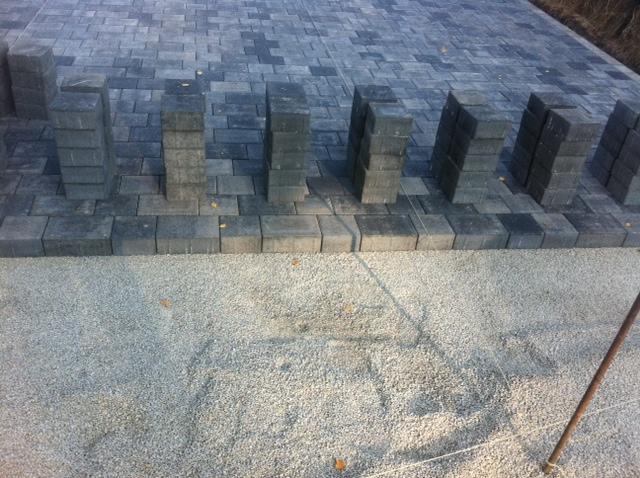Viel Verlegearbeit - Pflasterarbeiten beim Hausbau