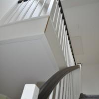Die Treppe ist drin – Wangentreppe: geschloßen, dunkle Buche und viel weiß