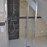 Dusche und Waschtisch – Bad ist fast komplett