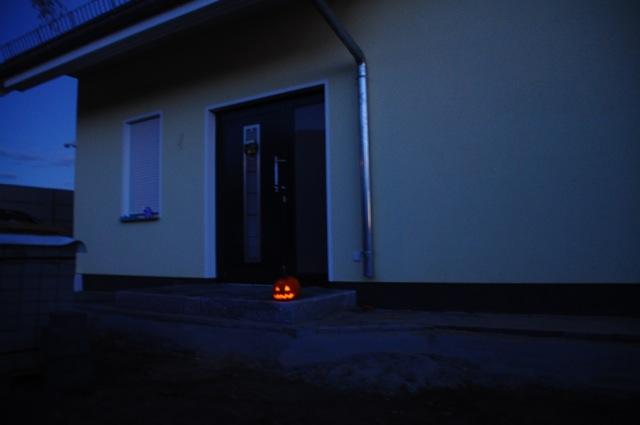 Halloween-Kürbis bewacht das Haus