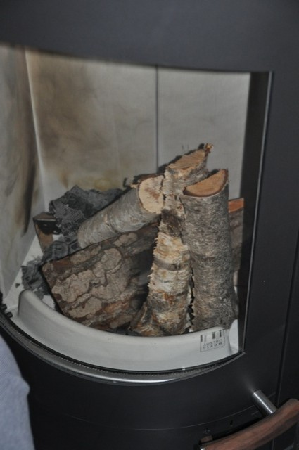 Holz nachlegen im Kaminofen
