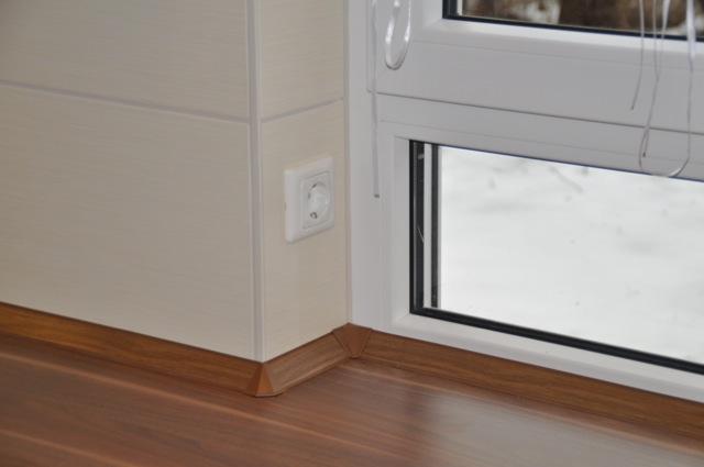 Steckdosen in der Fensterlaibung und Küchenfenster abgesetzt