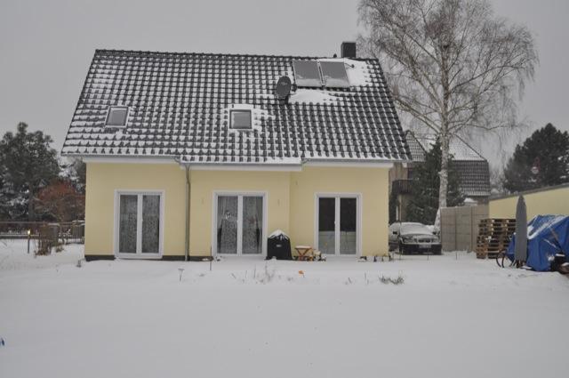 Winter und Schnee vorm Haus