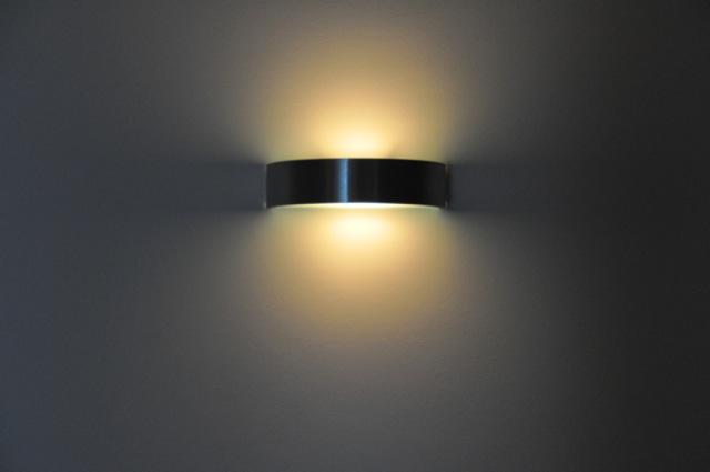 Schöner Lichtkegel der Wandlampe
