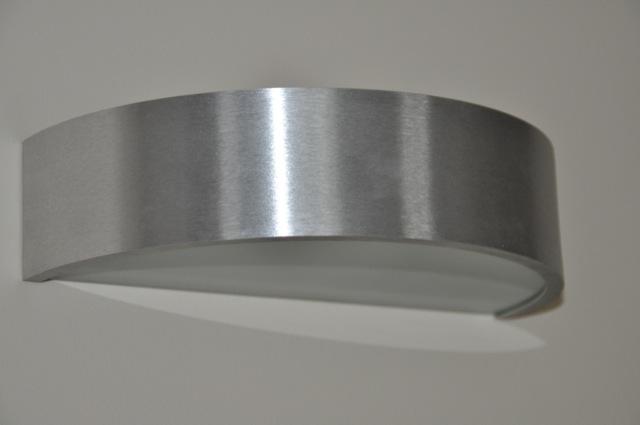 moderne Wandlampe im Edelstahl-Look
