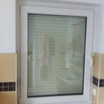 Badfenster mit aktuell runtergelassener Rolladen