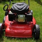 Gartengeräte - Benzin-Rasenmäher gehört dazu