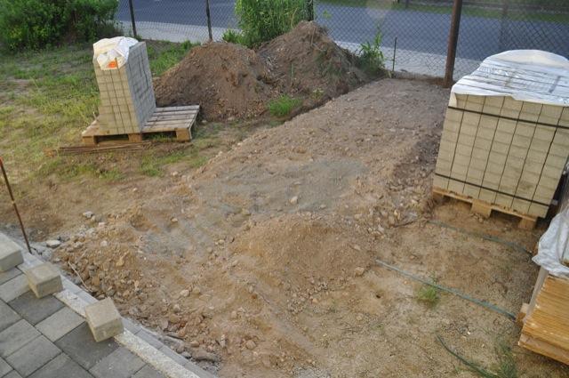 Gartenweg am Eingang wurde schon vorbereitet