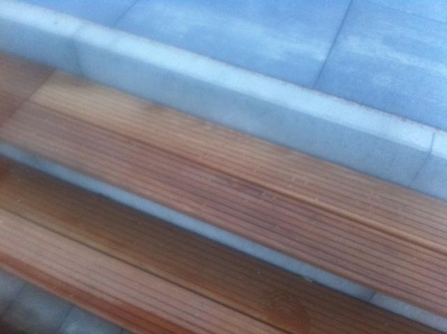 Terrassenbelag aus Stein und Holz