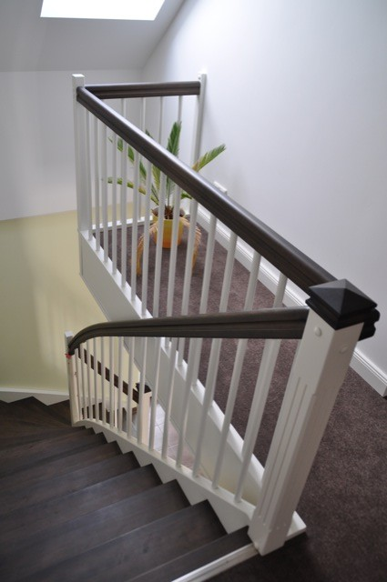 Treppe mit Geländer in hell und dunkel