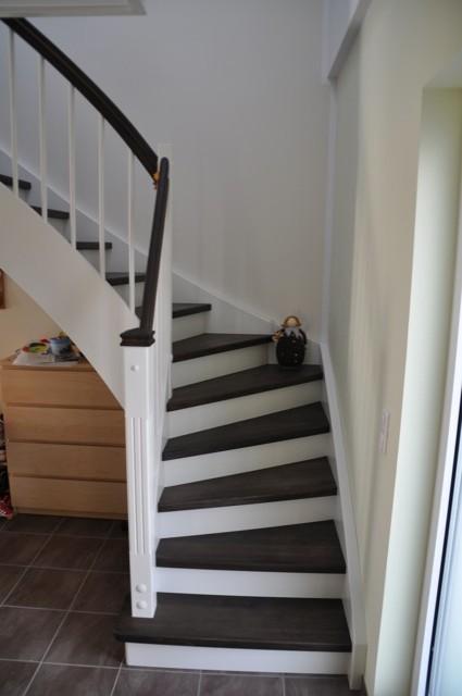 Treppe mit hellen Setzstufen und dunklen Trittstufen (braune Buche)
