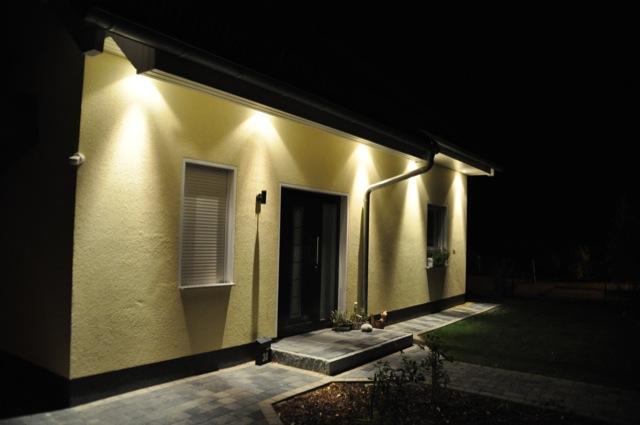 Hauseingang und Eingangstür - Spots im Dachüberstand