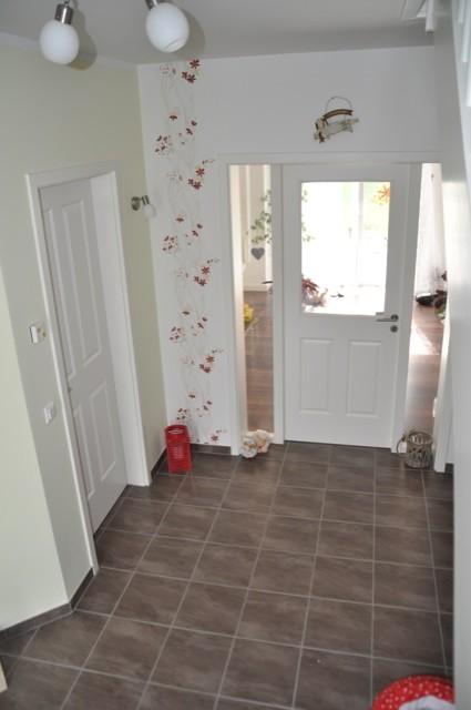 Hausflur und Eingangsbereich mit Tür zum Hauswirtschaftsraum und Wohnzimmer