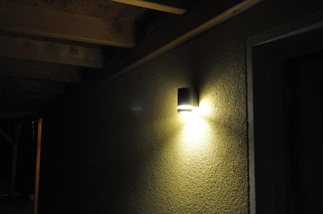 Licht an der Nebeneingangstür - Energiespar-Lampe an der Hauswand