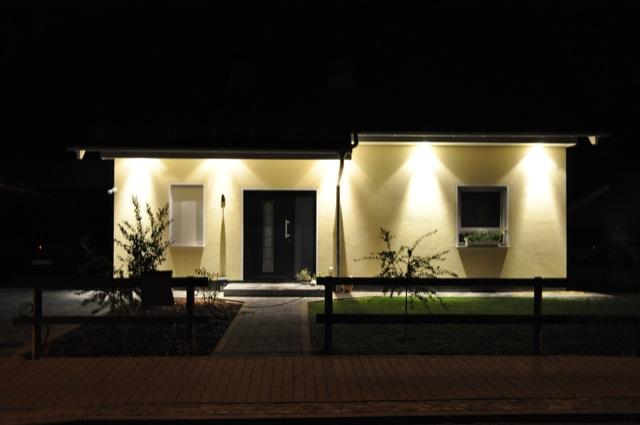 Spots im Dachkasten - Haus-Ansicht vorne von der Grundstücksgrenze