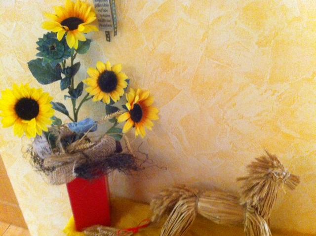 Dekoration aus Strohpferd und Sonnenblumen