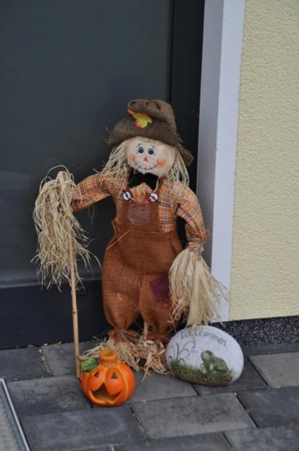 Herbst-Gestaltung der Tür - Vogelscheuche am Hauseingang
