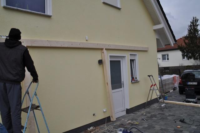 Carport-Balken ans Haus geklebt und geschraubt