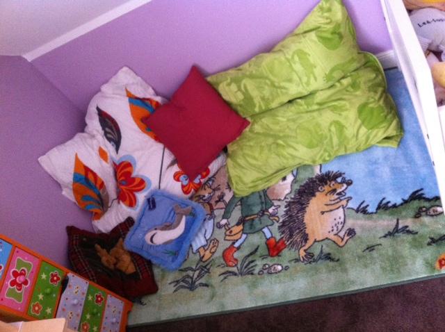 Kuschelecke mit vielen Kissen im Kinderzimmer