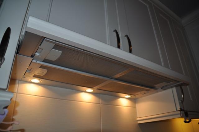 Integrierte Dunstabzugshaube mit Abluft in Landhausküche