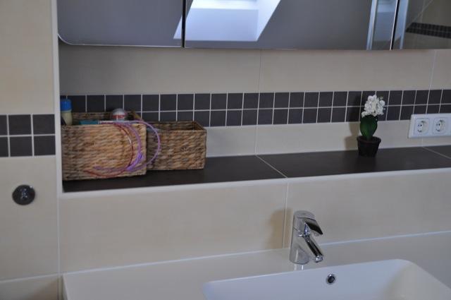 Fliesenablage mit Waschbecken und Spiegel