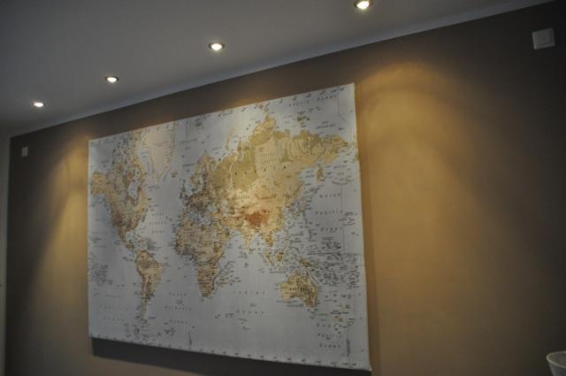 Landkarte als Wand-Bild mit Spots ins rechte Licht gerückt