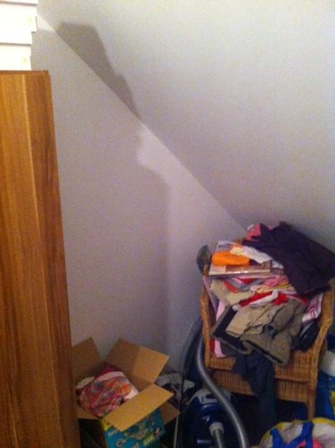 Schrank und Dachschräge - da ist noch Platz für ein Regal